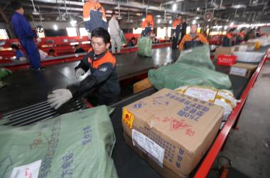 「独身の日」セール後、荷物を仕分ける宅配会社の従業員ら。写真は2015年江蘇省で撮影されたもの(VCG/VCG via Getty Images