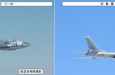 11月23日に沖縄本島と宮古島の間の「宮古海峡」上空を通過した中国軍機。左が情報収集機のY-8、右が大型爆撃機H-6(防衛省統合幕僚監部発表)