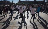 2017年6月、新疆ウイグル自治区カシュガルの旧市街地にある広場で民族舞踊を舞う市民(Kevin Frayer/Getty Images)