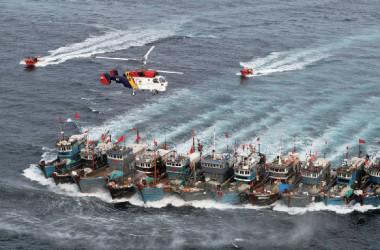 昨年11月、韓国警備艇と対峙する中国漁船の隊列。(Getty Images)