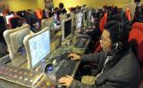 新型肺炎で授業再開が延期されている中国で、一部の学校がネット上で授業を中継している。写真は北京市にあるネットカフェの様子(LIU JIN/AFP/Getty Images)