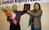 中国当局は26日、人権活動家の呉淦氏に懲役8年、公民権はく奪5年の判決を言い渡した。709事件で拘束された王全璋弁護士については依然として、消息が不明。写真は2009年、呉淦氏(左)が米国「アジア・パシフィック人権基金」の「人権リーダー賞」を獲得した。(季媛/大紀元)