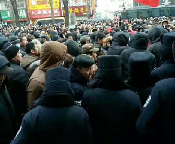 吉林省撫松県でこのほど、地元政府の土地開発計画に反対し、住民らによる大規模なデモがあった。(デモ参加者による提供)