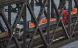 中国当局はこのほど中朝国境地域で、有事を想定した軍事的配備を進めていた。写真は中朝国境に架けられた中朝友誼橋を通過する貿易トレーラー。(GREG BAKER/AFP/Getty Images)