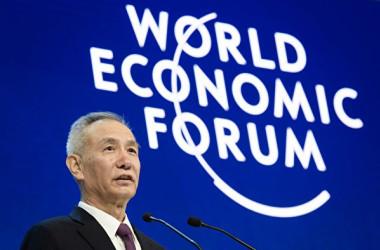 海外複数のメディアが、習近平国家主席の「経済アドバイザー」である劉鶴氏が近く副総理に就任する見通しだと報道した。写真は今月24日、ダボス会議で講演した劉鶴氏。(FABRICE COFFRINI/AFP/Getty Images)