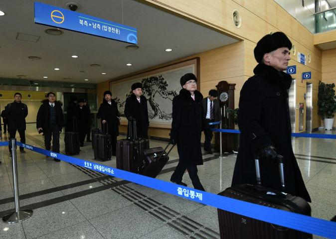 5日、北朝鮮芸術団に先立ち韓国入りした先発団。楽器や機材を搬入したと韓国メディアが報じている(Jung Yeon-Je-Pool/Getty Images)
