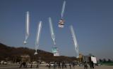 韓国の保守系団体が、北朝鮮へ向けて、金正恩政権の人権侵害や張成沢氏の残忍な死刑について伝える資料を括り付けた風船を飛ばす。2014年1月撮影(Chung Sung-Jun/Getty Images)