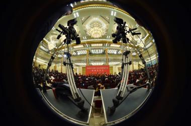 中国共産党政権はグローバル規模でソフトパワーを浸透させ、諜報活動を展開している。2017年10月、第19回中国共産党全国代表大会が開催された北京の人民大会堂に集まるメディア(VCG/VCG via Getty Images)