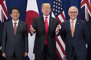 ロイター通信によると、日米豪印は中国当局の一帯一路構想に対する代替策を検討している。写真は(左から)安倍晋三首相、米トランプ大統領、豪ターンブル首相(JIM WATSON/AFP/Getty Images)