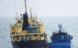 横付けして蛇管を接続している北朝鮮船籍タンカー「Yu Jong 2号」と 「闽宁德油078」。2月16日11時20分頃撮影(防衛省)