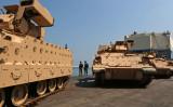 輸送途中のM2ブラッドレー歩兵戦闘車。リバノン・ベイルート港にて2017年8月14日撮影。(Photo credit should read PATRICK BAZ/AFP/Getty Images)