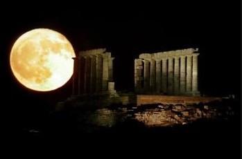 ギリシアのアテネ、スニオン岬(Cape Sounion)の「海神古廟」の後から昇る満月(写真・AFP)