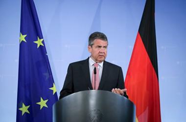 2017年7月20日、記者会見に臨んだドイツのジグマー・ガブリエル外相。(KAY NIETFELD/AFP/Getty Images)