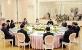 韓国大統領府が発表した、平壌での金正恩・朝鮮労働党委員長と韓国の安全保障室首席を含む特使団が丸テーブルに着く。金氏の隣には妻の李雪主氏とみられる女性の姿(South Korean Presidential Blue House via Getty Images)