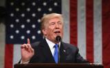 米トランプ大統領は7日、ツィッターに「中国に貿易赤字10億ドルを削減するよう求めた」と投稿した。米メディアによると、大統領は実際1000億ドル規模の対米貿易赤字削減を要求した。(WIN MCNAMEE/AFP/Getty Images)