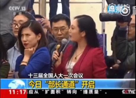 3月13日全人代記者会見では、「第一財経」の梁相宜記者(左)が、質問を行っている米「全米テレビ」の張慧君記者(右)に対してうんざりした表情を浮かべた。(スクリーンショット)
