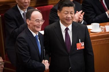 王岐山・前中央規律検査委員会書記が17日、全人代で国家副主席に選出された後、習近平国家主席と握手した。(AFP/Getty Images)