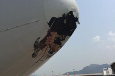 先頭部に1メートル幅の穴が空いた、中国国際航空の飛行機。3月23日、香港で撮影(微博@FATIII)