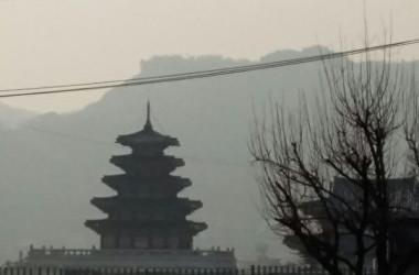 3月26日午後、大規模なスモッグに見舞われた韓国ソウル市内の様子。(洪梅/大紀元)
