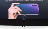 2018年3月、仏パリで自社製品のプロモーションを行う華為(ファーウェイ、HUAWEI)CEOの余承東(リチャード・ユー)(ERIC PIERMONT/AFP/Getty Images)
