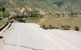 2013年7月、地震で陥没した甘粛省定西市の道路、参考写真(STR/AFP/Getty Images)