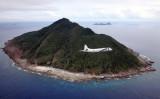 2011年、尖閣諸島周辺を巡航する海上自衛隊の哨戒機P-3C (Japan Pool/AFP/Getty Images)