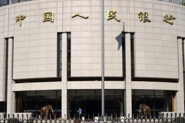 中国人民銀行が7日国内景気の刺激策として、今年4回目となる預金準備率の引き下げを発表したが、8日中国株市場相場が下落し、対ドルで人民元安が一段と進んだ。(AFP)