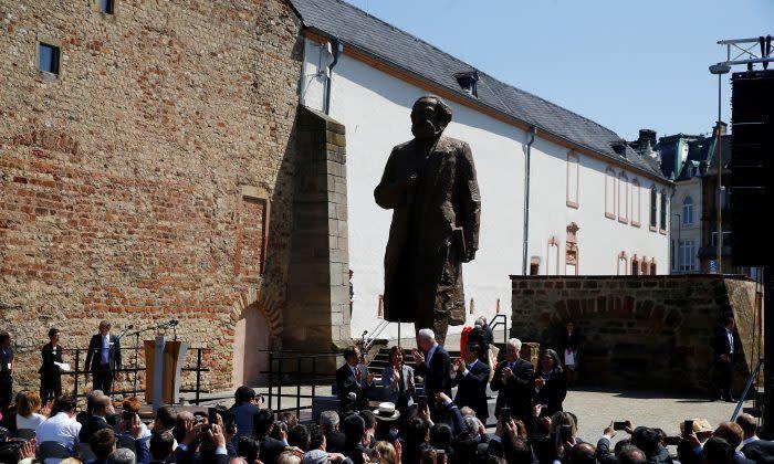 ドイツのマルクス生誕地で 5月5日、マルクス像が中国共産党より寄贈された(Wolfgang Rattay/Reuters)