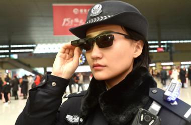 個人情報認証システムを備えたAI機能付き「スマートメガネ」を身に着けている女性警察官(Getty Images)