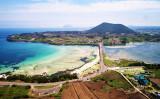 中国人に人気の高いリゾートアイランド、韓国済州島。火山で形成された希少な地形が評価され、2007年に同国で初めてユネスコ世界自然遺産に登録された。2017年、1500万人/年が来島し、島の人口に対して25倍もの訪問客が訪れる(Shutterstock)