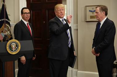 米国のムニューシン財務長官(左)、トランプ大統領(中)とライトハイザー通商代表(右)。(Chip Somodevilla/Getty Images)