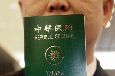 台湾人が台湾に戻れなくなったと中国は主張する。台湾はプロパガンダと批判した。写真は台湾のパスポートを手にする台湾人の男性(PATRICK LIN/AFP/Getty Images)