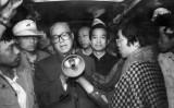 1989年5月19日、趙紫陽氏は天安門広場でハンガーストライキを行う学生らを見舞った。以降、鄧小平に党内外の全役職を解任された。趙氏は2005年亡くなるまで自宅軟禁下に置かれた(AFP)