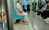 6月9~10日にかけて中国山東省青島市で上海協力機構(SCO)首脳会談が行われた。期間中、青島市内では厳しい厳戒態勢がしかれた。写真は、市地下鉄車両内に警戒に当たっている警察ら(情報提供者より)