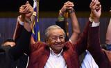 5月10日マレーシア総選挙に勝利したマハティール首相は、就任後の初の訪問先として日本を選んだ(MANAN VATSYAYANA/AFP/Getty Images)