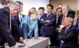G7シャルルボワサミットで顔を突き合わせて会議する首脳たち(ドイツ政府公開)