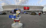 FIFAワールドカップ試合会場前のキャラクター・ザビベカくんがほほ笑む(Reuters/Sergey Pivovarov)