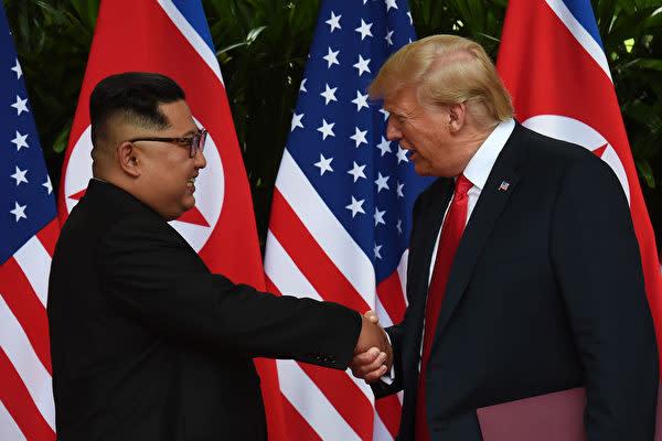 G20大阪サミットに参加中のトランプ米大統領は、韓国と北朝鮮の国境で金委員長と面会の意向があることを明かした。写真は2018年6月12日、シンガポールで史上初の米朝首脳会談が行われた時の様子(ANTHONY WALLACE/AFP/Getty Images)