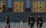北京の人民大会堂の前を警備する公安当局。2013年撮影 (Mark RalstonAFP/Getty Images)