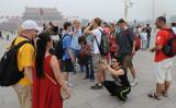 2017年、数名のアメリカ国籍保有者は中国からの出国を当局に禁じられた。写真は天安門広場で観光する外国人(MARK RALSTON/AFP/Getty Images)
