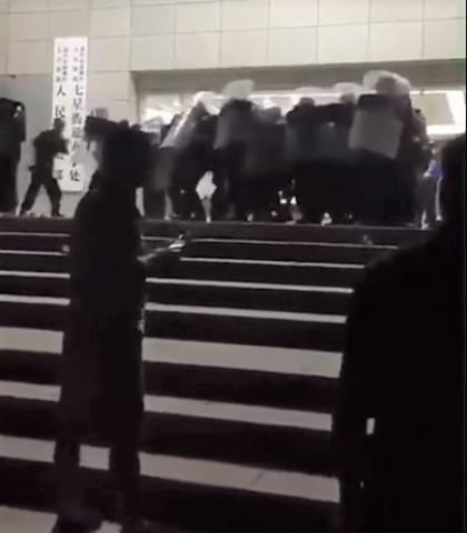 中国浙江省嘉興市七星鎮で30日、強制立ち退き補償をめぐって、住民が抗議活動を展開し、警察らと衝突した。一部の住民は地元政府庁舎に突撃し、一部の設備を破壊した(スクリーンショット)