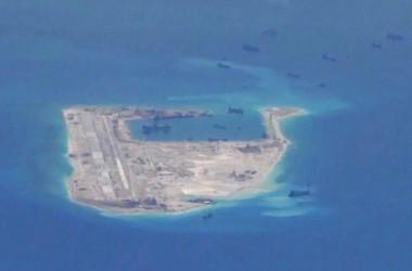 南シナ海スプラトリー諸島にある、ファイアリークロス礁を人工的に軍事拠点に変える中国人民解放軍 (U.S. Navy/Handout via Reuters/File Photo)