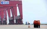 中国当局と政府系メディアはこのほど、米中貿易戦をめぐってこれまでの強気姿勢から低姿勢に変わった。写真は中国東部山東省にある青島港の様子(STR/AFP/Getty Images)