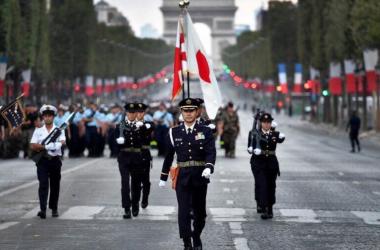 7月14日、フランスのパリで行われた革命パレードに参加し、行進する日本の自衛隊(在日仏大使館より引用)