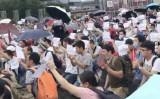 7月23日、中国深セン市でP2P業者の事業閉鎖を受けて、投資家400人が市政府庁舎前で資金返還をめぐって陳情を行った(ネット写真)