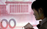 中国国家外貨管理局の発表によると、10月末時点の外貨準備高は前月比約339億ドル減の3兆530億ドルで、3カ月連続の減少となった(GOH CHAI HIN/AFP/Getty Images)