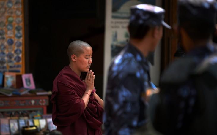 2013年4月、四川省カンゼチベット族自治州で、仏教学府に通うチベット尼僧(PETER PARKS/AFP/Getty Images)