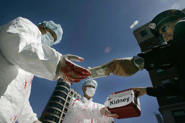 2006年、当時の胡錦涛中国主席の訪米にあわせて、サンフランシスコで「臓器強制摘出問題」のデモンストレーションを行う法輪功学習者や人権擁護者たち(JIM WATSON/AFP/Getty Images)