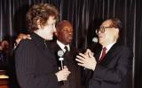 2003年10月、サンフランシスコ市で面会するダイアン・ファインスタイン上院議員と江沢民国家元主席。間に立つのは同市長ウィリー・ブラウン氏(Thomas J. Gibbons/Getty Images)