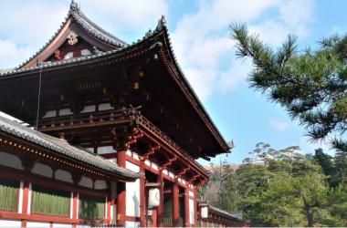 奈良、東大寺中門(重要文化財)、東大寺をはじめとする奈良の数々の建築物は往時の唐の空気を私たちに伝えてくれる